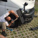 Fachmitarbeiter beim Reparieren der Felgen